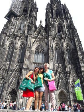 Diana, Linda, Beate vor dem Kölner Dom